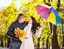 Pares el el otoño de la fecha al aire libre. Imagen de archivo