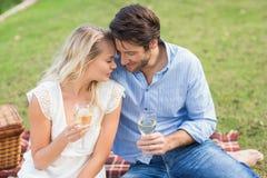 Pares el la fecha que sostiene las copas de vino blancas fotografía de archivo