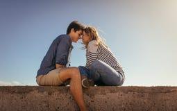 Pares el vacaciones en el humor romántico que se sienta al aire libre imágenes de archivo libres de regalías