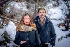 Pares elegantes con la moda de moda del invierno fotos de archivo