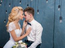 Pares elegantes de la boda en interior del invierno Imagenes de archivo