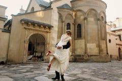 Pares elegantes de la boda que abrazan y que bailan suavemente en la luz del sol i Foto de archivo libre de regalías