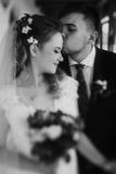 Pares elegantes de la boda que abrazan y que presentan novia y groo de lujo Fotos de archivo