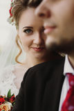 Pares elegantes de la boda que abrazan y que presentan, retrato brid de lujo Fotos de archivo libres de regalías