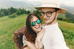 Pares elegantes del inconformista que viajan y que sonríen y que se divierten encendido Fotos de archivo libres de regalías