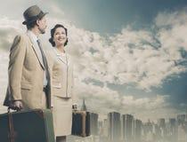 Pares elegantes do vintage que saem com a bagagem Fotografia de Stock Royalty Free