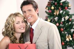 Pares elegantes durante la Navidad Fotos de archivo