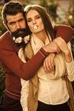Pares elegantes en un marco Muchacha y hombre con las flores en barba Imagenes de archivo