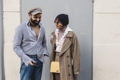 Pares elegantes que levantam na semana de moda do ` s de Milan Men Foto de Stock Royalty Free