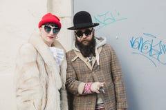 Pares elegantes que levantam na semana de moda do ` s de Milan Men Fotos de Stock
