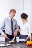 Pares elegantes que preparam o café da manhã junto Fotos de Stock Royalty Free