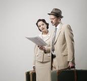 Pares elegantes que saem com a bagagem Imagem de Stock Royalty Free
