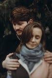 Pares elegantes románticos que abrazan suavemente en parque del otoño hombre y w Fotos de archivo