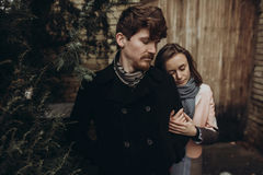 Pares elegantes románticos que abrazan suavemente en parque del otoño hombre y w Fotografía de archivo