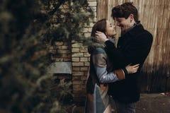 Pares elegantes románticos que abrazan suavemente en parque del otoño hombre y w Foto de archivo libre de regalías