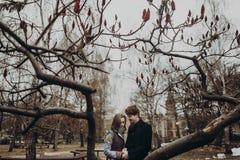 Pares elegantes románticos que abrazan suavemente, llevando a cabo las manos en otoño Fotos de archivo libres de regalías