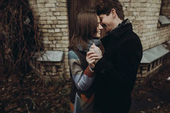 Pares elegantes románticos que abrazan suavemente y que sonríen en par del otoño Fotografía de archivo libre de regalías