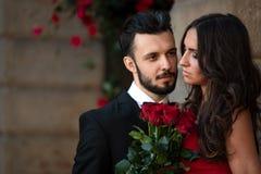 Pares elegantes românticos imagem de stock royalty free