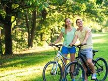 Pares em bicicletas Fotografia de Stock