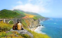 Pares em caminhar a viagem nas montanhas altas Foto de Stock Royalty Free