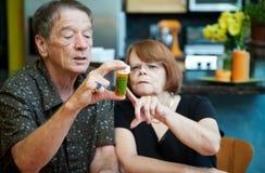 Pares em casa com medicamentação Foto de Stock Royalty Free