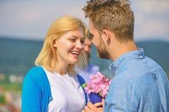 Pares em datar feliz do amor, esposa de observação do homem farpado ciumento que engana o com amante Amantes românticos da data d fotos de stock