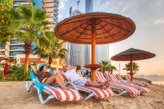 Pares em feriados do sol no Golfo Pérsico Imagens de Stock Royalty Free