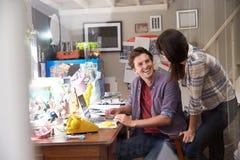 Pares em negócio running do portátil do escritório domiciliário Foto de Stock Royalty Free