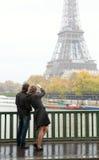 Pares em Paris na chuva Fotografia de Stock