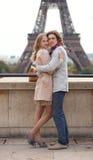 Pares em Paris pela torre Eiffel, abraçando Fotos de Stock Royalty Free