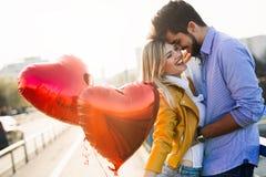 Pares em rir de beijo do amor e em ter o divertimento fotografia de stock