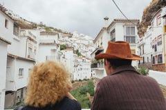 Pares em seus feriados que sightseeing em uma vila pitoresca dentro Fotografia de Stock Royalty Free