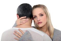 Pares em um abraço sério Fotografia de Stock Royalty Free