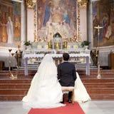 Pares em uma cerimônia de casamento Fotos de Stock Royalty Free
