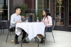 Pares em uma data exterior do almoço fotografia de stock royalty free