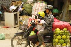 Pares em uma motocicleta fotos de stock