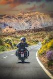 Pares em uma motocicleta foto de stock