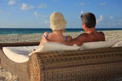 Pares em uma praia Fotografia de Stock Royalty Free