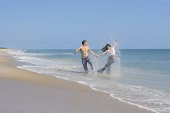 Pares em uma praia Imagem de Stock Royalty Free
