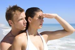Pares em uma praia imagens de stock royalty free