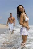 Pares em uma praia imagens de stock