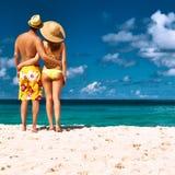 Pares em uma praia em Seychelles Imagens de Stock