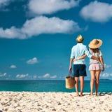 Pares em uma praia em Seychelles Foto de Stock Royalty Free
