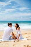 Pares em uma praia tropical Imagens de Stock Royalty Free
