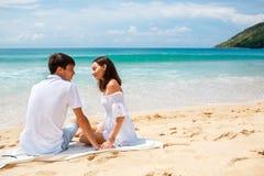 Pares em uma praia tropical Fotografia de Stock