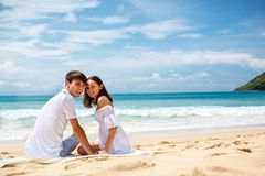 Pares em uma praia tropical Imagens de Stock