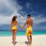 Pares em uma praia em Maldives foto de stock