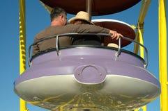Pares em uma roda de Ferris imagens de stock royalty free