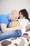 Pares embarazadas cariñosos Imagen de archivo