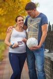 Pares embarazadas con la imagen del sonogram del bebé Fotos de archivo libres de regalías